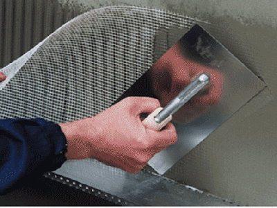Армосетка наносится вместе со стартовым слоем      штукатурки или клея.