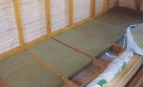 Аккуратно уложенные плиты на чердачном перекрытии
