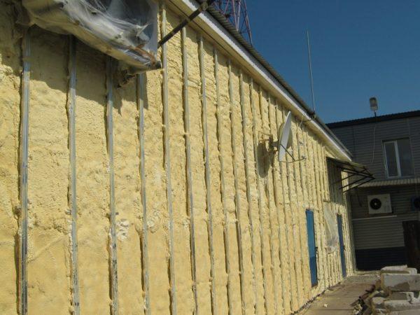 Базальтовая вата – популярный утеплитель под сайдинг.