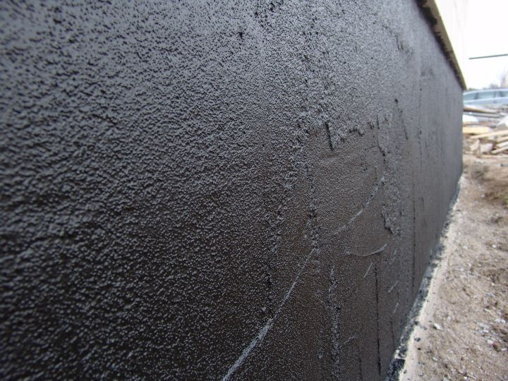 Битум считается наиболее подходящим материалом для гидроизоляции