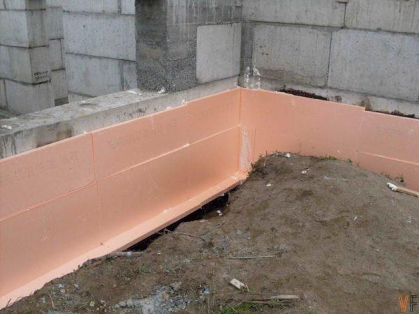 Благодаря коррозионной стойкости ЭПС используют для теплоизоляции фундаментов.