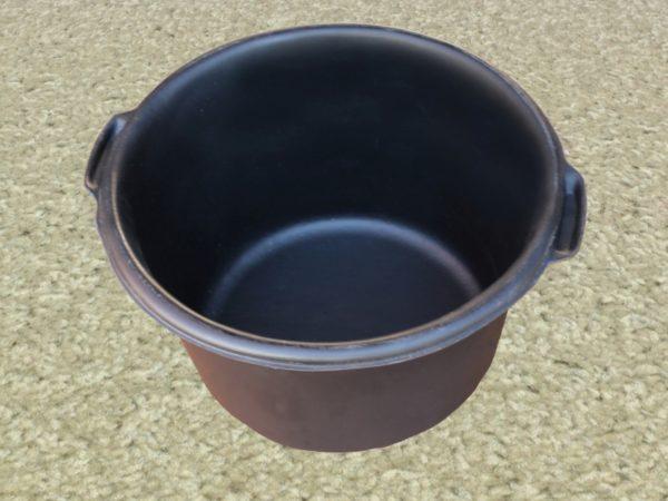 Большая емкость круглой формы лучше всего подходит для приготовления эковаты, так как в ней очень удобно размешивать состав