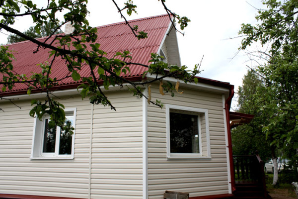 Брусовый дом с вентилируемым фасадом, утеплителем и обшивкой сайдингом