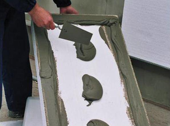 Чтобы пенопласт не съехал вниз, под ним должна быть зафиксирована упорная планка, любой ровный деревянный брусок или металлический профиль