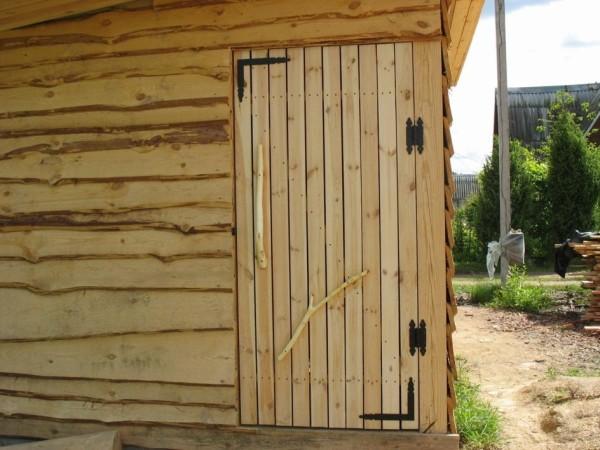 Чтобы получить стену без щелей из кривых досок, прибейте их в разбежку