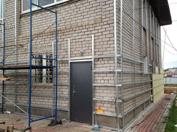 Чтобы повысить эффективность утеплителя – следует воспользоваться системой вентилируемых фасадов