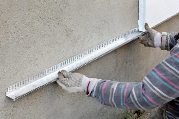 Чтобы утеплитель не сползал по стене под собственным весом, первый ряд плит обычно опирают на стартовый профиль