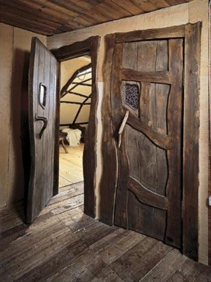 Деревянные двери замечательно сохраняют тепло в доме