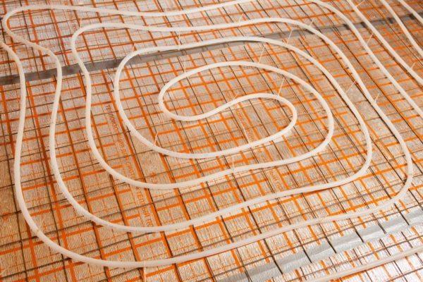 Для фиксации трубы водяного теплого пола можно использовать обычные затяжки для кабеля.