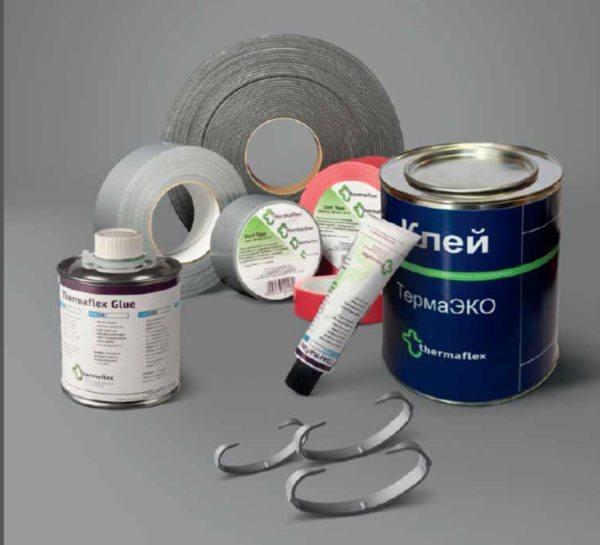 Для монтажа нам могут понадобиться дополнительные материалы – клей, скотч, фиксирующие пластиковые скобы