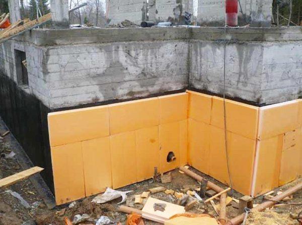 Для теплоизоляции фундамента лучше использовать прочный и стойкий к коррозии материал.