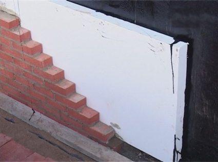 Для улучшения теплоизоляционных качеств можно обработать поверхность стены битумом