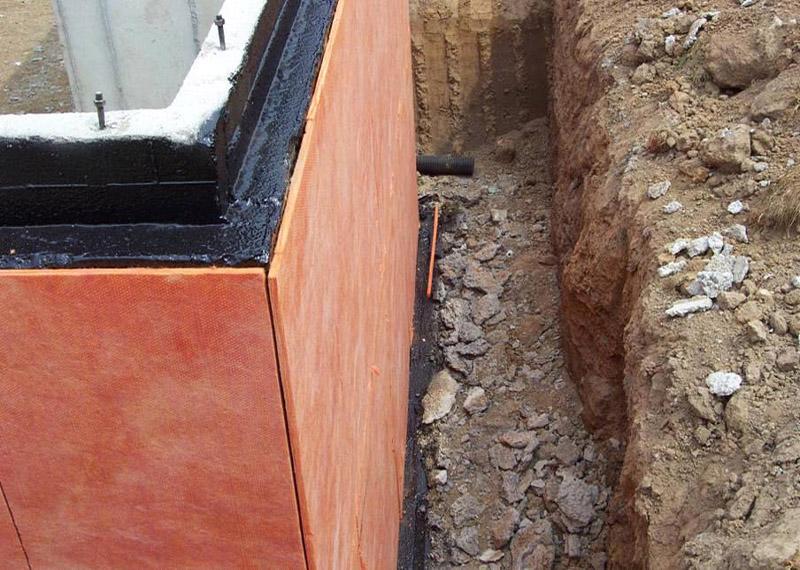 Для утепления фундамент можно использовать самые различные материалы, вплоть до бетона, камней и других природных материалов