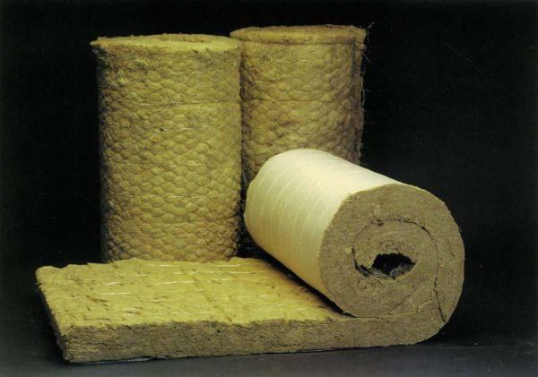 Для утепления перекрытий, полов и кровель лучше использовать маты — это самый недорогой вид минваты.