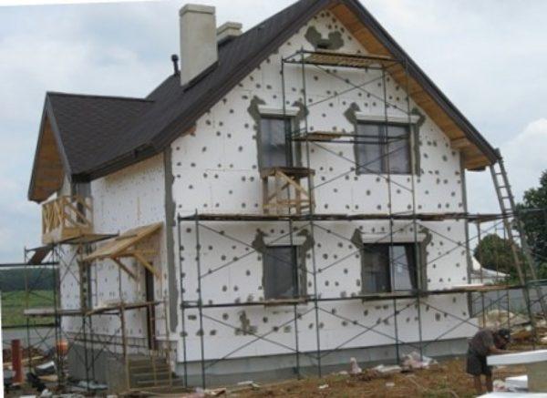 Для утепления стен рекомендуют пенопласт плотностью 25 кг/м³, то есть 25-й или 35-й марки.