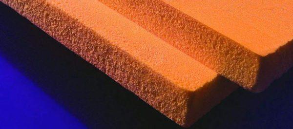Долговечный и прочный, но утеплять пеноплексом стены невыгодно — очень дорогой материал, которые еще и «не дышит»