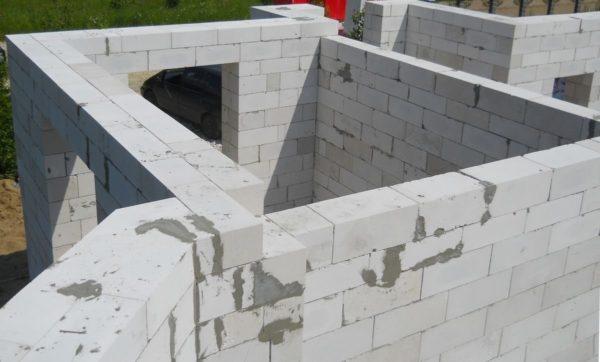 Дом со стенами из газобетонных блоков получается намного теплее, чем из кирпича.