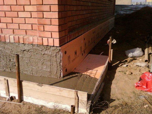 Дополнительная бетонная подушка увеличивает теплоизолирующие качества материала