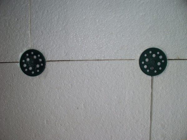 Дополнительный крепеж повышает надежность фиксации материала на стене