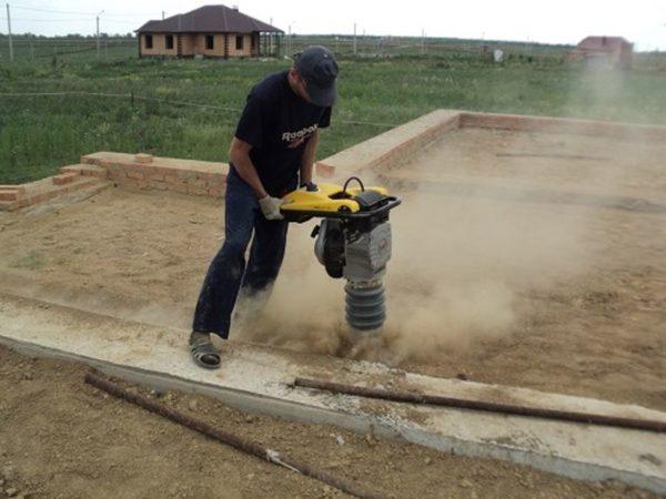 Эффективнее всего трамбовать песок с помощью специальных приспособлений