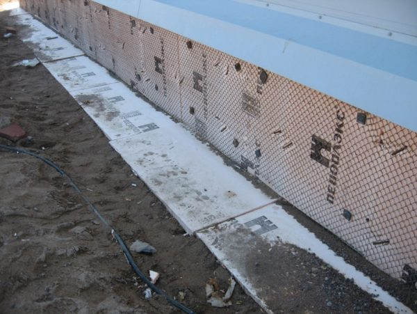 ЭППС не пропускает воду, поэтому служит не только для утепления фундамента, но и выполняет гидроизоляционные функции.