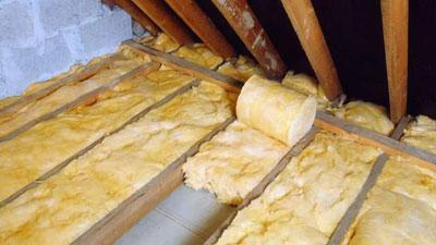 Если не знаете, чем утеплить потолок в частном доме, используйте минеральную вату.