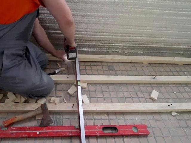 Если пол неровный, а стены завалены - используйте уровень, отвес и подкладки под бруски.