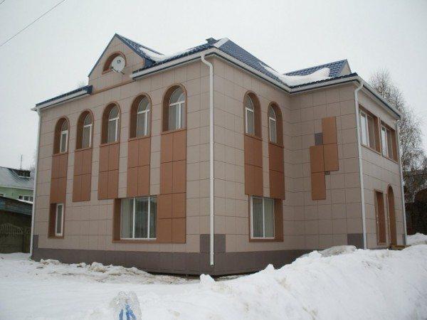 Фасад здания из керамогранитной плитки