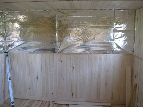 Фольга поверх утеплителя позволяет еще больше увеличить эффективность теплоизоляции дачного домика