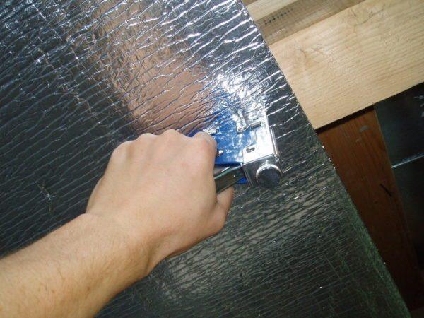 Фольгированная пленка обеспечивает и пароизоляцию, и отражение тепла обратно в парную