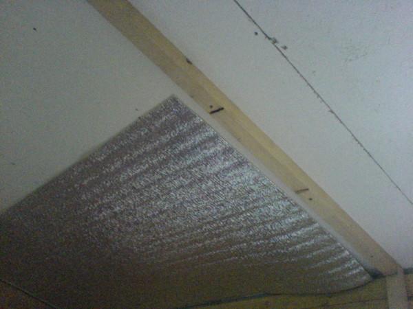 Фольгированный материал подходит для бани и сауны, прекрасно сохраняет тепло и поддерживает необходимую температуру
