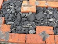Фото – Газобетонный гравий между двумя слоями кирпичной кладки при строительстве нового дома.