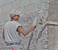 Фото – Нанесение перлита на стену