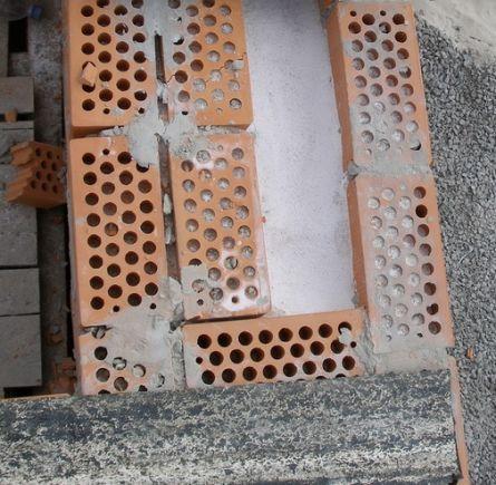 Фото – Перлит, засыпанный в пустоты кирпича и между слоями кладки при строительстве нового дома