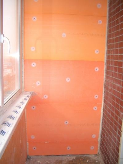 Фото фиксации пенополистирола зонтиками к кирпичной стене.
