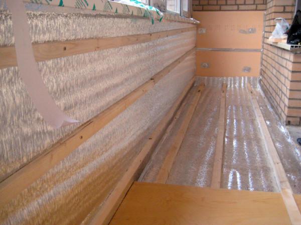Фото лаг, уложенных поверх фольгированного материала