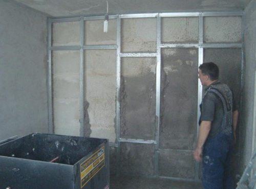 Фото нанесения штукатурного теплоизоляционного слоя на поверхность перекрытия