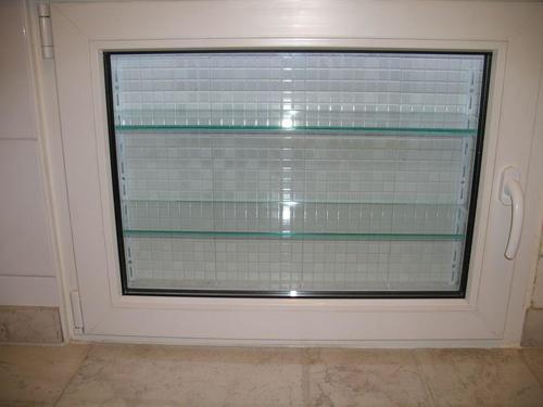 Фото оборудованного холодильного отделения под окном