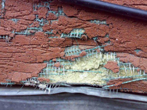 Фото пенопластовой отделки, поврежденной градом