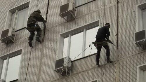 Фото: Промышленный альпинизм при утеплении панельных домов снаружи