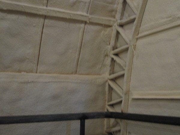 Фото стены деревянного дома с напылением из полимерного утеплителя