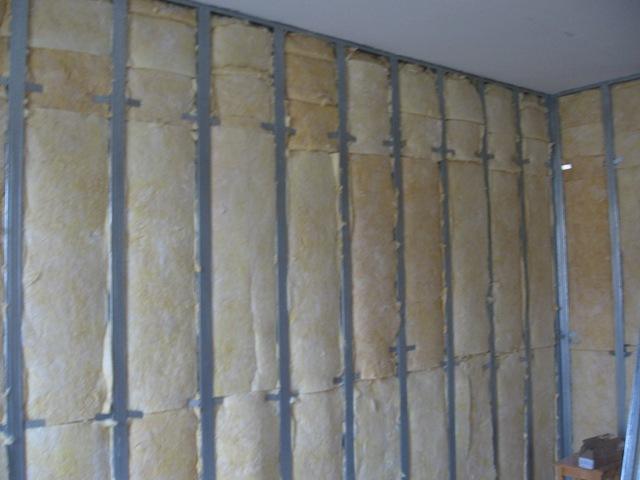 Фото утепленной стены, готовой к облицовке гипсокартоном
