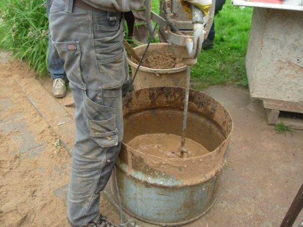 Готовим смесь глины с опилками