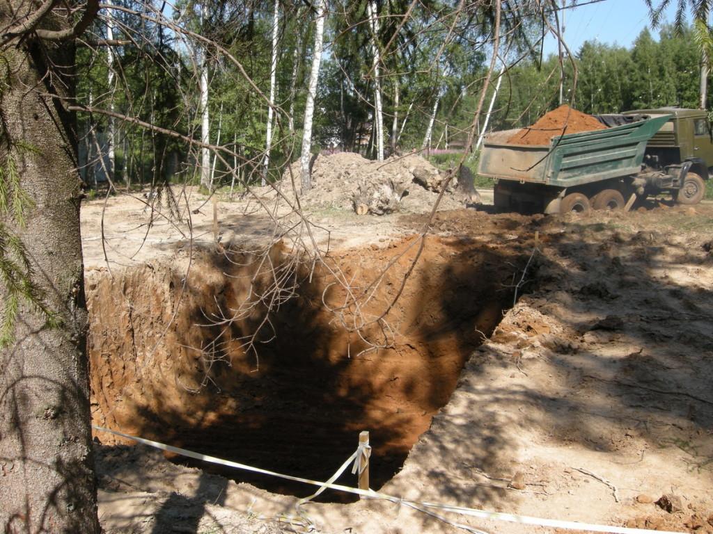 Грунт удобнее сразу вывести с участка. Особенно если для рытья используется экскаватор: он может грузить вынутую землю сразу в кузов.