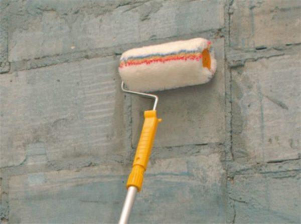 Грунтование стены валиком