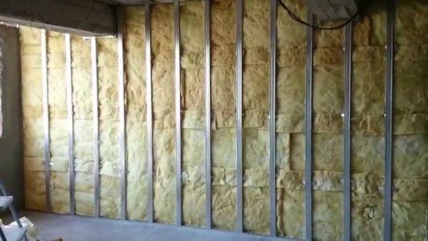 Хорошее шумопоглощение позволяет укладывать материал для наполнения стен из ГКЛ.