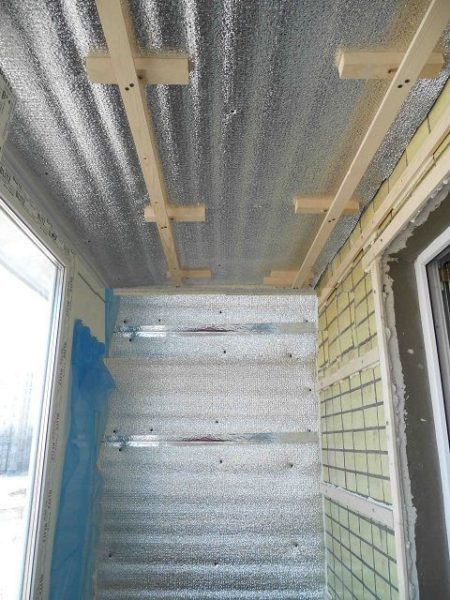 Демонтируем потолок, начиная с верхних слоёв отделки