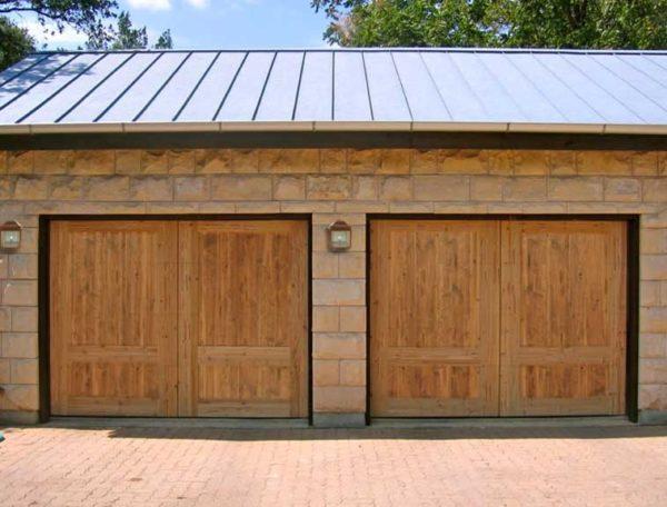 Если у вас гараж на две машины, то его можно сделать двумя парами ворот