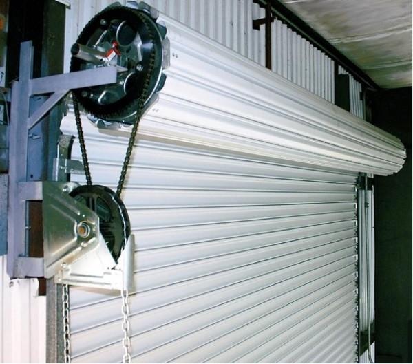 Инновационные рулонные утепленные ворота занимают минимум места, ведь они открываются по вертикали.