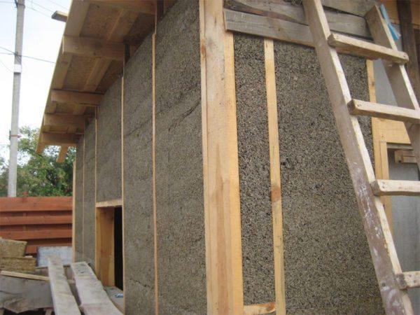Использование целлюлозного утеплителя позволяет сохранять паропроницаемость стен